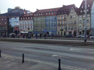 Bunte Fassaden an der Straßenbahnhaltestelle beim Hostel