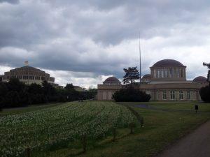 Das Ensemble aus Jahrhunderthalle, Vier-Kuppel-Pavillon und Stahlnadel befindet sich in unmittelbarer Nähe zum Scheitniger Park