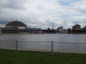 Aus dieser Perspektive kann man nur drei Kuppeln des Pavillons erkennen, dafür aber auch den See mit seinen Wasserspielen…