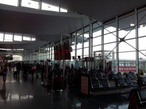 Es gibt insgesamt nur zwölf Abfluggates. Der Sitz ganz unten rechts im Bild gehört zur ersten Reihe des Wartebereichs.
